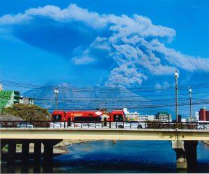 赤い市電と桜島